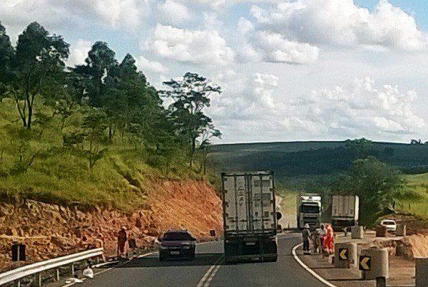 O Departamento de Estradas de Rodagem do Paraná (DER-PR) liberou na sexta-feira (19) à noite o tráfego no km 251 da PR-092, em Wenceslau Braz (Campos Gerais). A rodovia estava interditada desde 11 de janeiro em razão das fortes chuvas que caíram na região. Foto: Divulgação DER