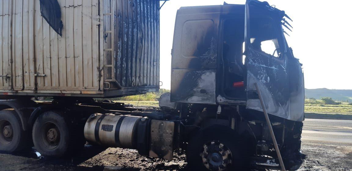 Caminhão-trator pega fogo(vídeo)